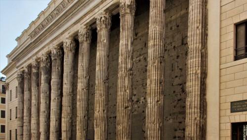 Pozostałości świątyni Hadriana, Piazza di Pietra