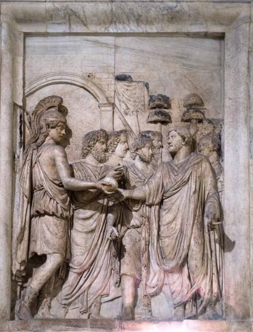 Przybycie  Hadriana do Rzymu, powitanie przez senat, lud i boginię Romę, relief z niezachowanego łuku Hadriana,  Musei Capitolini