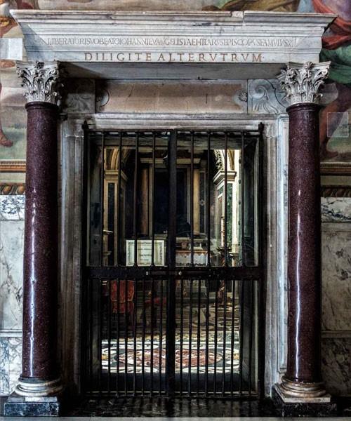 Baptysterium San Giovanni in Laterano, kaplica św. Jana Ewangelisty - w nadprożu napis dedykacyjny papieża Hilarego
