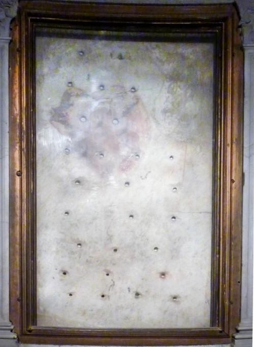 Legendarna płyta kamienna na której spocząć miało ciało świętego po zdjęciu z rusztu,  bazylika San Lorenzo fuori le mura