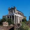 Kościół San Lorenzo in Miranda, legendarne miejsce osądzenia diakona Wawrzyńca i skazania  na śmierć, fasada od strony Forum Romanum